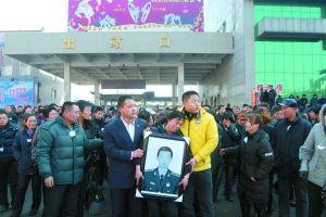 刘丽英捧着儿子的遗照回到四平  本报记者 樊亮 摄