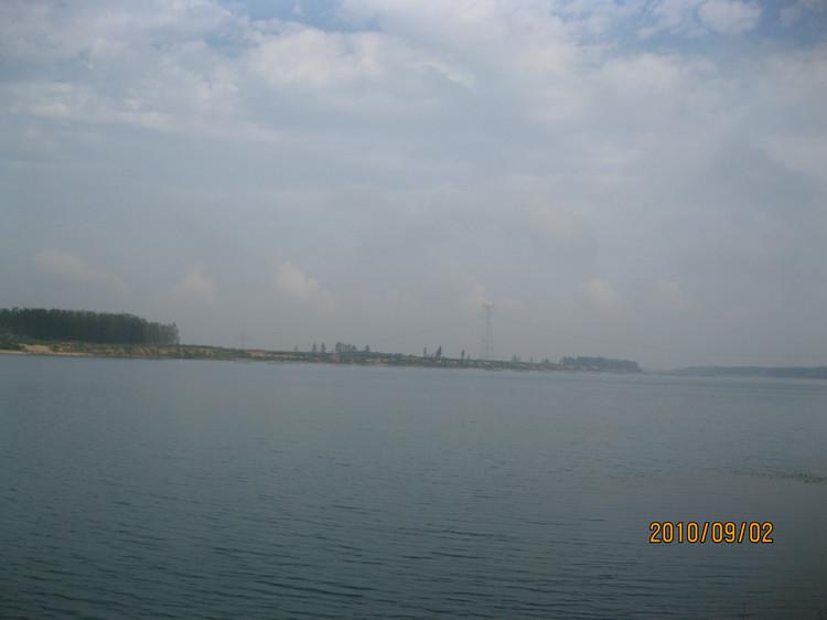 美丽的潍河 潍河,古称潍水,发源于莒县箕屋山,上游流经莒县、沂水、五莲,从五莲北部进入潍坊市,流经诸城、高密、安丘、坊子、寒亭6市区,在昌邑市下营镇入渤海莱州湾。干流全长246公里,支流143条,其中较大支流有潍汶河和渠河。潍河总流域面积6376平方公里,是潍坊的母亲河。流域中峡山水库是山东省第一大水库。 一、历史记载 有关潍河的记载,最早见于战国时期的《尚书?