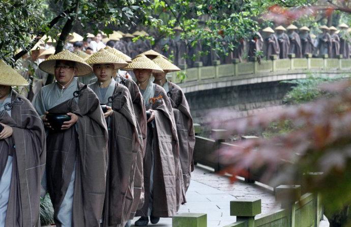 杭州320位僧人托钵行脚,场面壮观